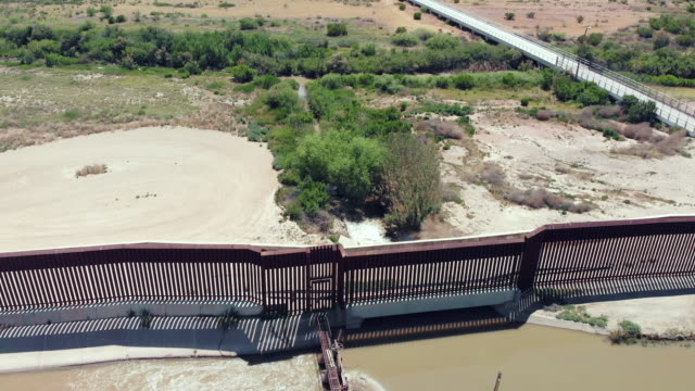 vidéos et rushes de drone video clip of the small border crossing at fort hancock, texas - forteresse