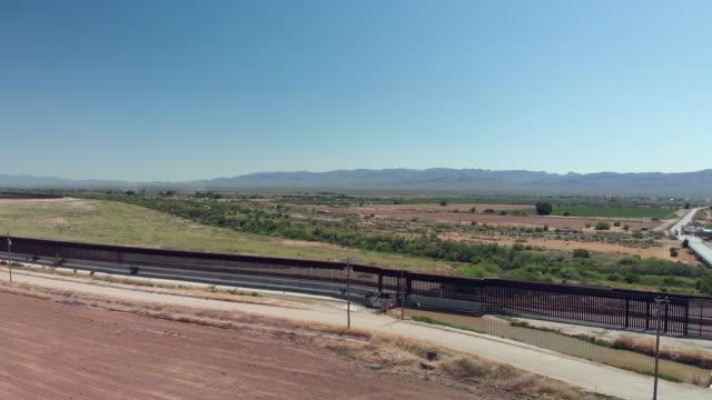 vidéos et rushes de drone video clip of the small border crossing at fort hancock, texas - mur