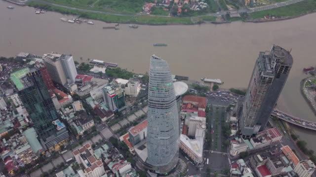 4k drohne video über ho-chi-minh-stadt skyline und wolkenkratzer im zentrum der herz-geschäft im zentrum von ho-chi-minh-stadt fliegen. panorama der stadt am fluss saigon in ho-chi-minh-stadt in vietnam - stadtviertel stock-videos und b-roll-filmmaterial