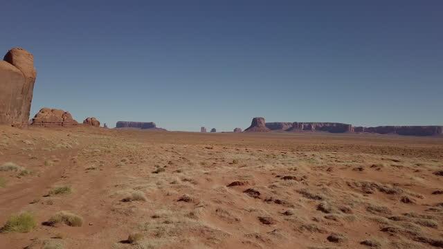 vidéos et rushes de drone vidéo navajo monument valley arizona - monument valley
