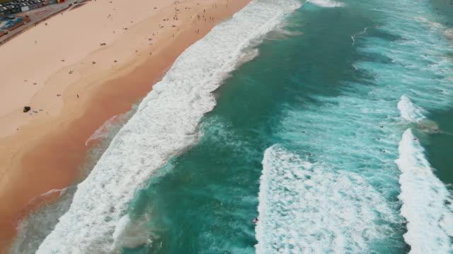 vídeos de stock, filmes e b-roll de drone video of bondi beach - praia de bondi