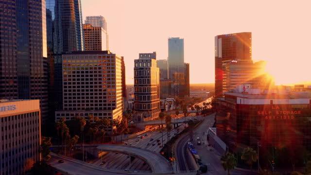 vidéos et rushes de 4k drone vidéo du centre-ville de los angeles pendant le coucher du soleil comme un coup de poignard - comté de los angeles