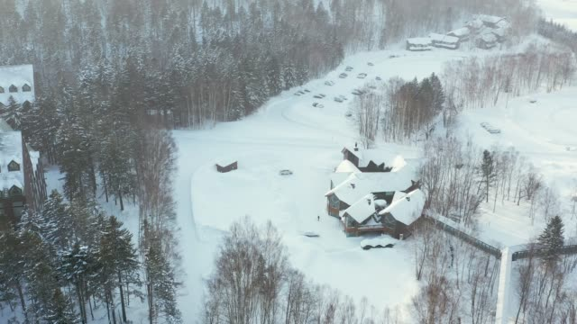 drone video of hoshino resorts tomamu, hokkaido, japan - stazione sciistica video stock e b–roll