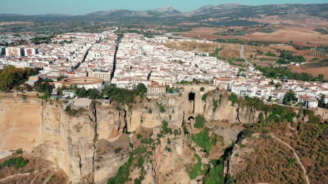 drone video of the cityscape of ronda on the cliff - puente点の映像素材/bロール