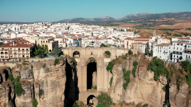 vídeos y material grabado en eventos de stock de drone video of the cityscape of ronda on the cliff - geología