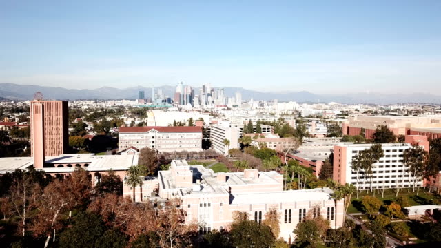 stockvideo's en b-roll-footage met 4k drone video van de skyline van downtown los angeles en haar omliggende huizen en gebouwen - hollywood california