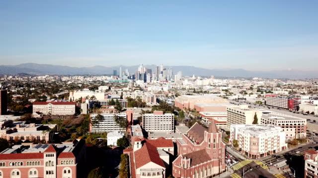 stockvideo's en b-roll-footage met 4k drone video van de skyline van downtown los angeles en haar omliggende huizen en gebouwen - hollywood california