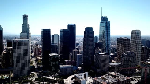 4k-drohnenvideo von der skyline der innenstadt von los angeles und den umliegenden häusern und gebäuden - fensterfront stock-videos und b-roll-filmmaterial