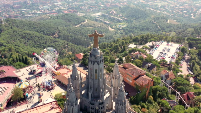 vídeos de stock e filmes b-roll de drone video of the expiatory church of the sacred heart of jesus - cristo redentor