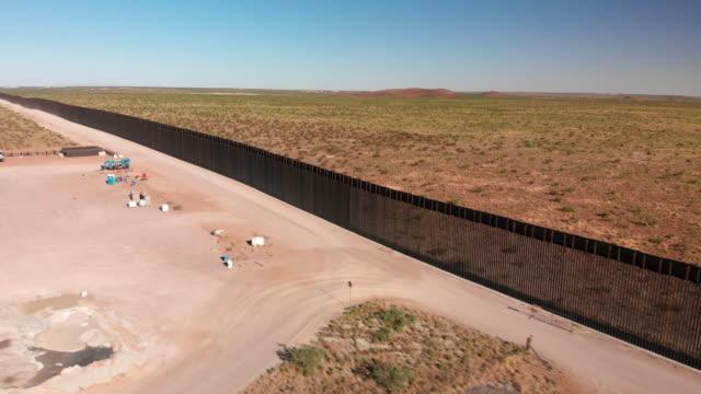 vidéos et rushes de vidéo 4k drone du mur international entre le mexique et les états-unis au nouveau-mexique où le mur est en construction. - mur d'enceinte
