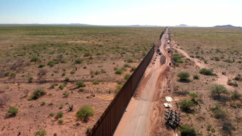vídeos y material grabado en eventos de stock de 4k drone video del muro internacional entre méxico y estados unidos en nuevo méxico donde el muro está en construcción. - cruzar
