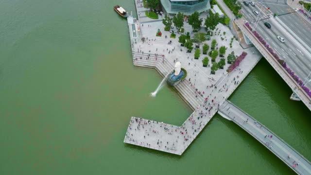 vidéos et rushes de drone video of the merlion pakr of singapore - the human body