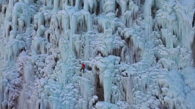 vidéos et rushes de drone video of tourists experiencing ice-climbing at the jinshui lake of xiayunling in fangshan, beijing. footage by: costfoto / barcroft studios via... - sports extrêmes