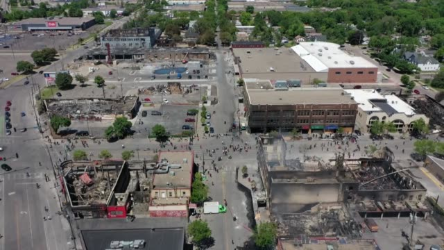 drone video of widespread damage in minneapolis following protests over the death of george floyd that devolved into people setting fires and looting... - looting stock videos & royalty-free footage