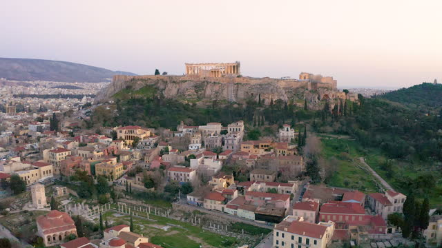 vídeos de stock e filmes b-roll de drone video over of the old town and the acropolis of athens, greece - hill