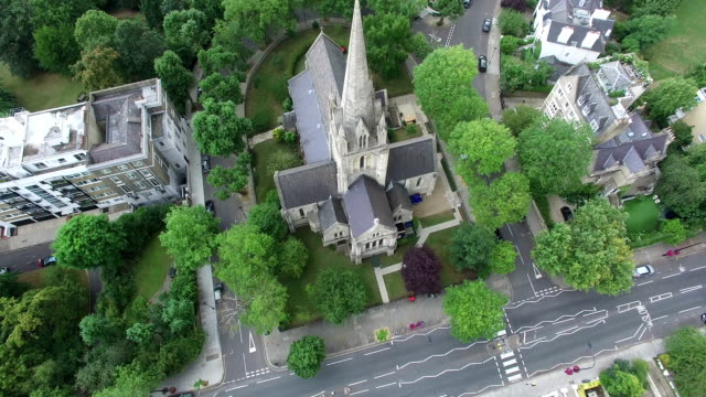 drone view above residences in notting hill, london, uk - kensington und chelsea stock-videos und b-roll-filmmaterial
