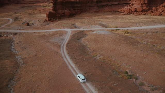 vidéos et rushes de vue de drone : voiture au sentier de shafer canyonlands - 4x4