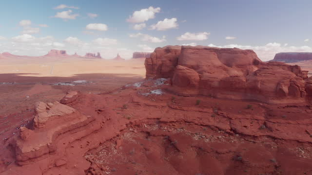 ein drohnenblick vom teardrop arch looking over the amazing rock formations, the iconic monuments of monument valley and other spectacular rock formations - red rocks stock-videos und b-roll-filmmaterial