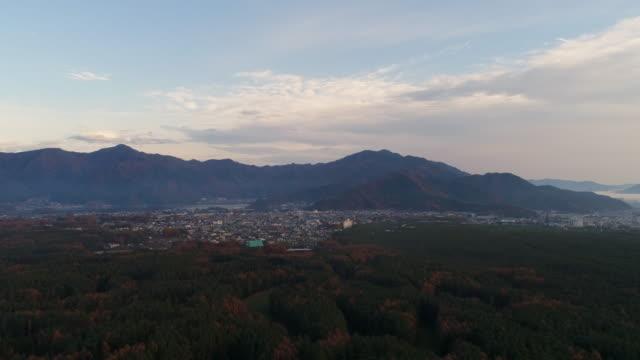 De weergave van de drone, Japan in herfst kleine stad, foto op Chureito pagode Fujiyoshida, Yamanashi in japan, uitzicht op de stad.