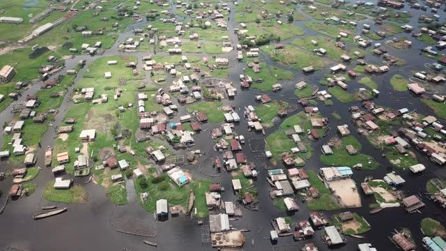 vídeos y material grabado en eventos de stock de drone view of a floating village in africa - toma en travelling