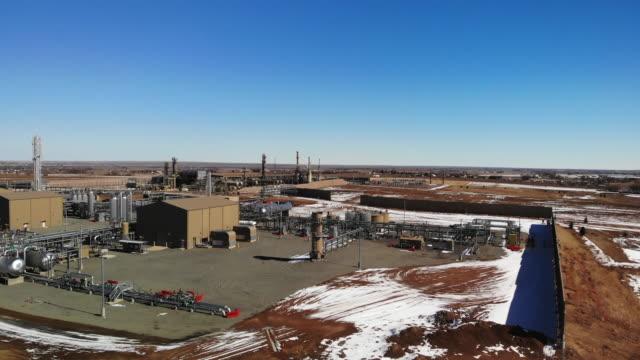 冬のコロラド州東部のガス・石油精製所またはポンプ場のドローンビュー - ポンプ場点の映像素材/bロール