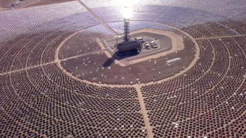 drönarvy av en jätte solar collection gård - koncentration bildbanksvideor och videomaterial från bakom kulisserna