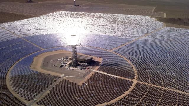 drohne-blick auf eine riesige kollektion solar farm - konzentration stock-videos und b-roll-filmmaterial