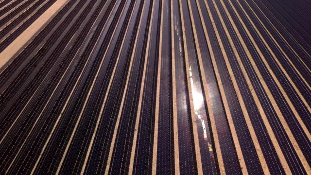 vídeos de stock, filmes e b-roll de drone vista de uma fazenda de coleção solar gigante - eficiência energética