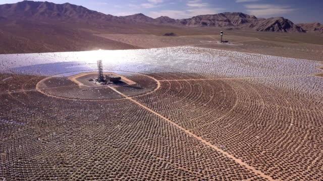 vidéos et rushes de vue de drone d'une ferme de la collection solaire géant - système solaire