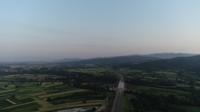 drönarvy över en motorväg i serbien - stillsam scen bildbanksvideor och videomaterial från bakom kulisserna
