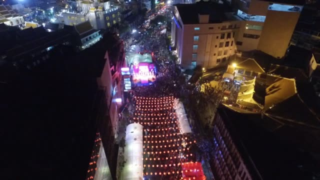 drone view of a live concert and thousands of people during chinese new year celebrations in chinatown section of bangkok thailand no - chinesisches laternenfest stock-videos und b-roll-filmmaterial