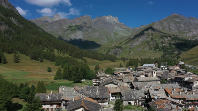 drone view of a mountain village - kirchturmspitze stock-videos und b-roll-filmmaterial