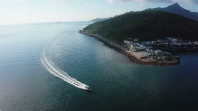 vídeos de stock e filmes b-roll de drone view of a seascape of ko lau wan fishing village where is located in sai kung - sampana