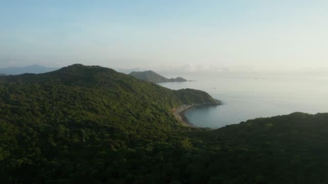 vídeos y material grabado en eventos de stock de vista de drones de un paisaje marino de tap mun o grass island donde se encuentra en sai kung - embarcación de pasajeros