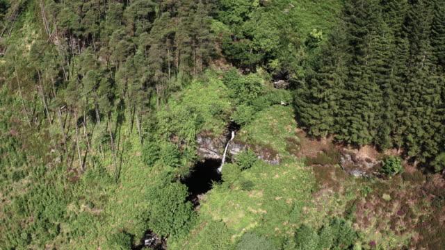 vidéos et rushes de vue de drone d'une chute d'eau en cascade dans la petite rivière qui coule lentement dans un sud-ouest rural éloigné de l'ecosse - remote location
