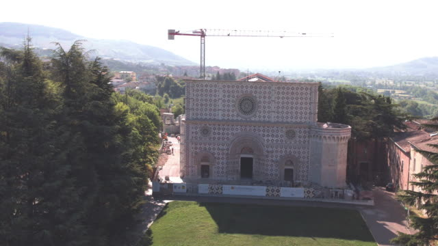 drone view of basilica of santa maria di collemaggio in l'aquila, on june 8, 2017. the church was damaged in the last 2009 earthquake of l'aquila.... - stilrichtung des 16. jahrhunderts stock-videos und b-roll-filmmaterial