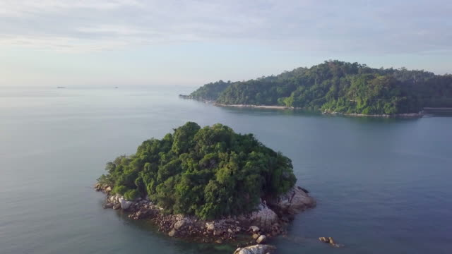 drone view of beautiful small island in the middle of the ocean - mittlerer teil stock-videos und b-roll-filmmaterial