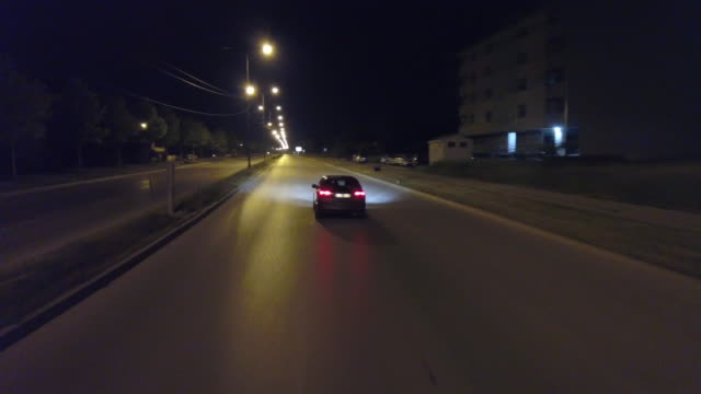 drone view of car on the street in city at night - fanale anteriore video stock e b–roll