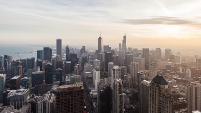 t/l drone blick auf skyline von chicago in der sonne bei sonnenuntergang - tribune tower stock-videos und b-roll-filmmaterial