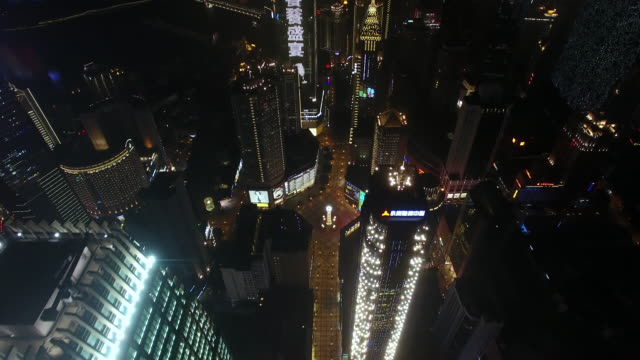 vidéos et rushes de rt ha pov drone view of city downtown at night / chongqing, china - aircraft point of view