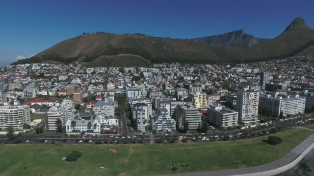 drone view of cityscape along coastline / cape town, western cape, south africa - ライオンズヘッド点の映像素材/bロール