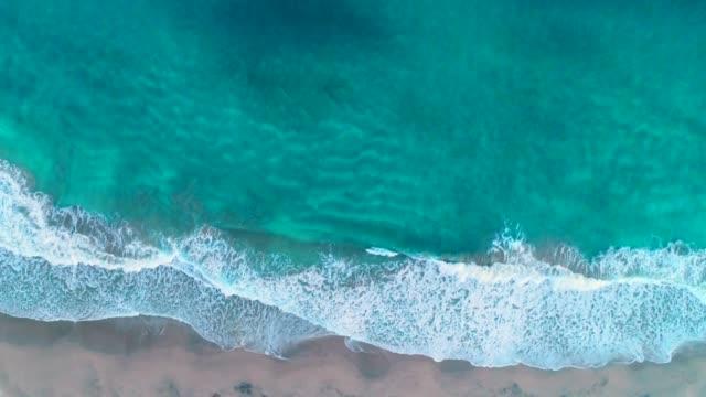 海岸線のドローン ビュー