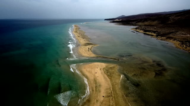 vídeos de stock e filmes b-roll de hd drone view of coastline - duna