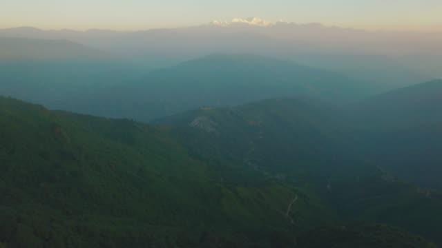 drohne-ansicht von darjeeling, indien - westbengalen stock-videos und b-roll-filmmaterial