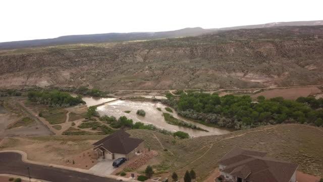 vídeos y material grabado en eventos de stock de vista de drones de casas ejecutivas en un acantilado del desierto en la comunidad de western colorado de grand junction - grand junction