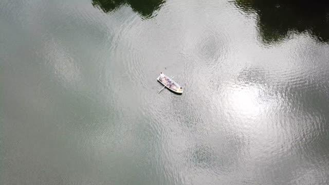 Drohne Blick auf Freundinnen Bootfahren im See