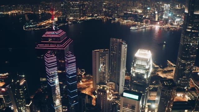 vídeos y material grabado en eventos de stock de vista de drones del horizonte de la ciudad de hong kong por la noche - pico victoria