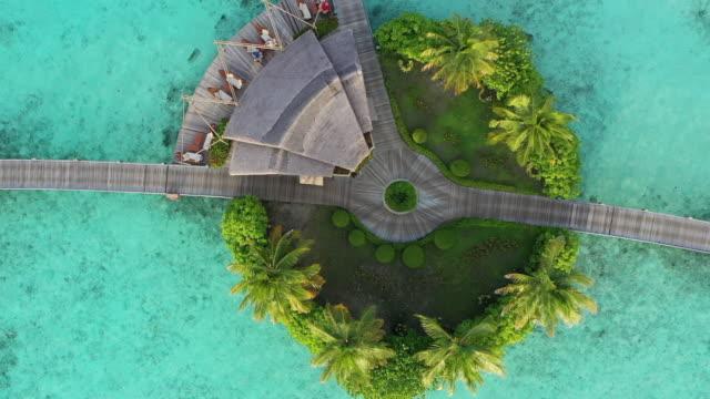 drohnenansicht des luxusresorts auf den malediven - urlaubsort stock-videos und b-roll-filmmaterial