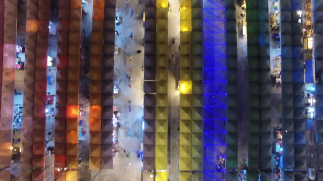 drone view of neon night market in pratunam has opened up on a stretch of vacant land on petchaburi road, between sois 23 and 29, close to platinum... - nachtmarkt stock-videos und b-roll-filmmaterial