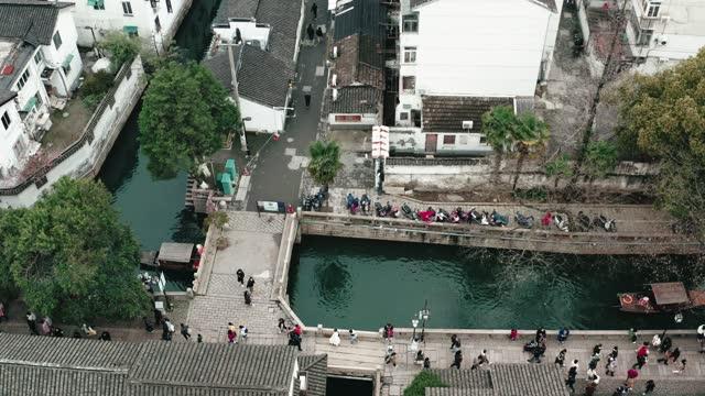 vista drone del quartiere storico di pingjiang della città di suzhou, in cina. - pedestrian video stock e b–roll